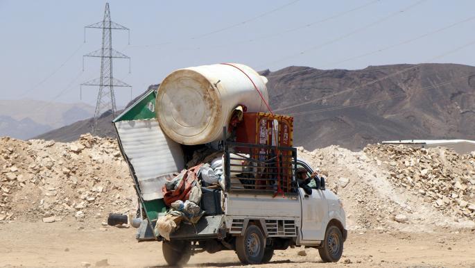 بعد استهدافهم بالقذائف والصواريخ.. مليشيات الحوثي تشرد النازحين من مخيمات النازحين