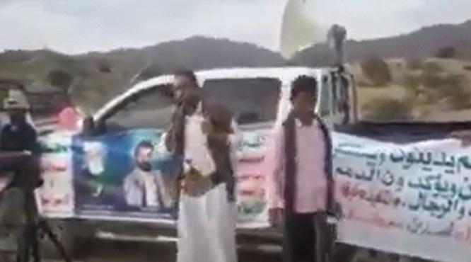 """فضيحة .. قيادي حوثي يغلط ويشتم مليشيات الحوثي في احتفال حوثي """"فيديو"""""""