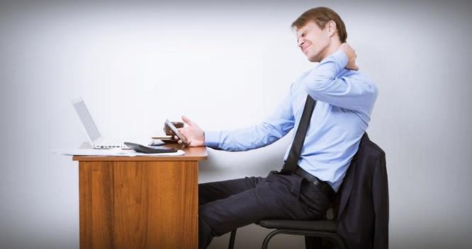 """أطباء يقدمون نصائح """"مهمة"""" لتجنب عواقب الجلوس الطويل أمام الكمبيوتر"""