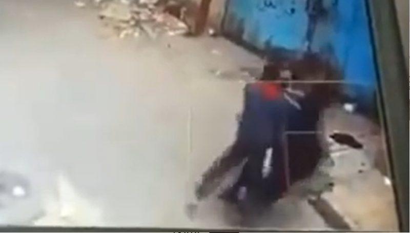 """بسبب الميراث .. شابان يمنيان يعتديان على أمهما بالضرب في صنعاء """"فيديو"""""""