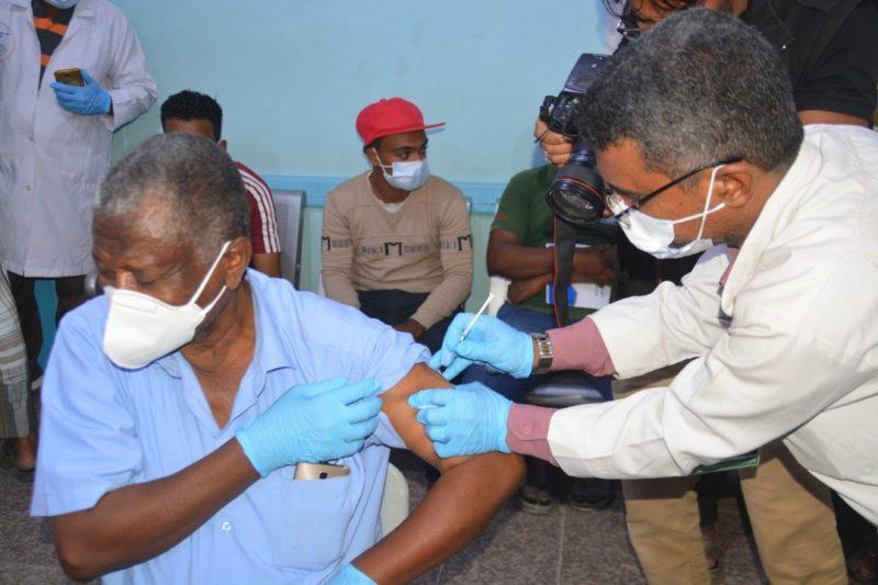مكتب الصحة في حضرموت يدشن حملة التحصين ضد فيروس كورونا