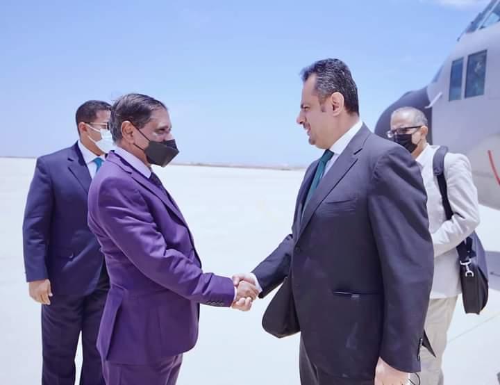 قادماً من الرياض معين عبدالملك يصل المكلا.. بالتزامن مع تدهور الريال اليمني وغرق عدن بالظلام
