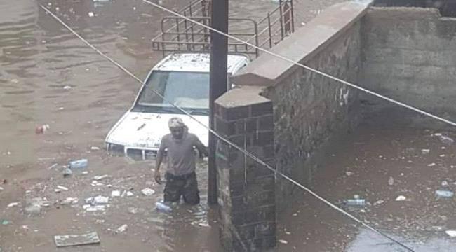 """سيول الأمطار تغرق عدد من شوارع عدن """"صور"""""""