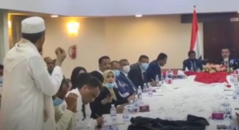 مسؤول محلي بحضرموت يقف أمام معين عبدالملك ويهاجمه: خاطبوا الناس بعقولهم وبدون فلسفة زائدة