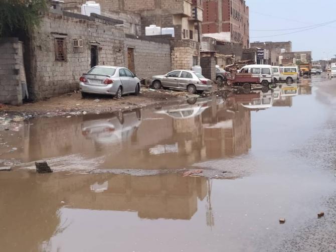 بالصور.. الأمطار تغرق منطقة الممدارة بالعاصمة المؤقتة عدن