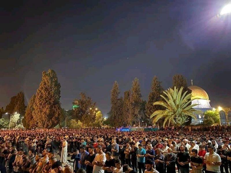 باحات المسجد الأقصى تعج بآلاف المصلين لإحياء ليلة القدر