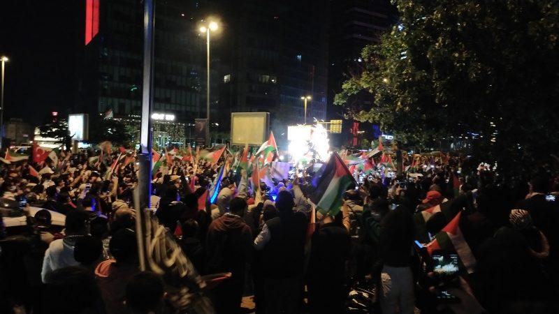 اتراك وعرب يخرجون في مظاهرة احتجاجية حاشدة أمام القنصلية الاسرائيلية في اسطنبول
