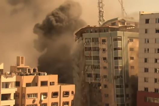 بالفيديو .. شاهد لحظة سقوط برج الجلاء الذي يضم مقر قناة الجزيرة ومكاتب إعلامية عالمية في غزة جراء غارات إسرائيلية