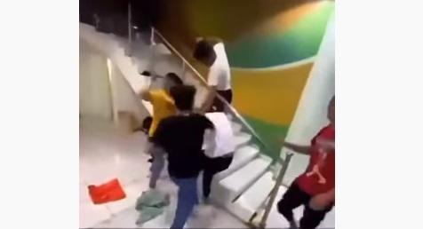 تعرف على عقوبتهم القانونية بعد القبض عليهم .. ثلاثة أشخاص يضربون واحد في السعودية ويوثقون جريمتهم بالفيديو