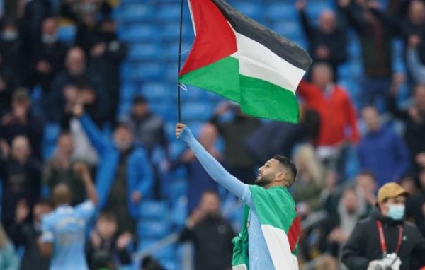 شاهد .. رياض محرز يرفع العلم الفلسطيني اثناء الاحتفال بفوز مانشستر سيتي بلقب الدوري الإنجليزي