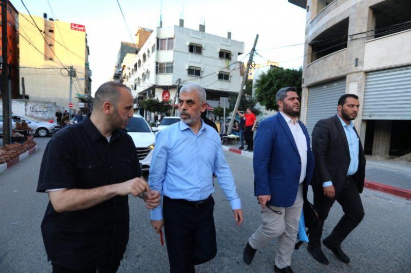 شاهد بالصور .. قائد حركة حماس يحيى السنوار يتحدى إسـرائيل ويتجول في شوارع غزة