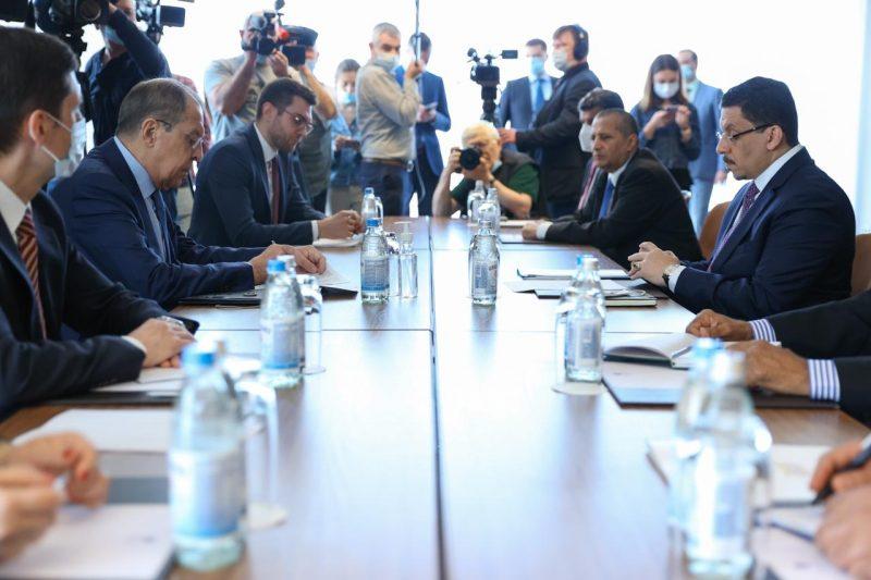 وزير الخارجية يبحث مع نظيره الروسي العلاقات الثنائية وجهود إحلال السلام