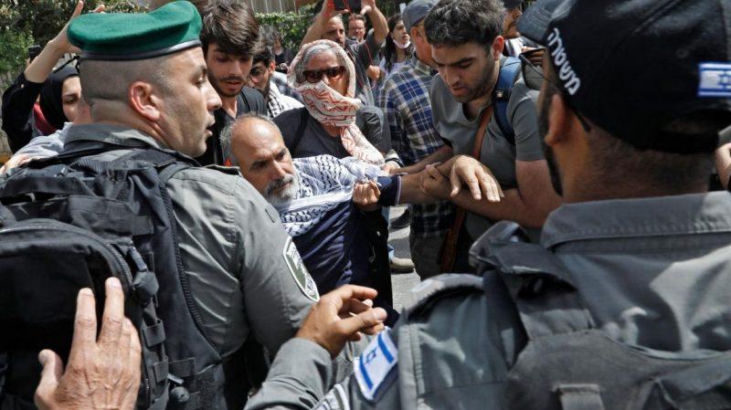 بعد اغلاقه.. قواتالاحتلال الإسرائيلي تواصل استهداف الصحافيين في حي الشيخ جراح بالقدس