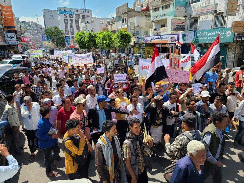 وسط استمرار الحركة الإحتجاجية المناوئة للفساد.. محافظ تعز يصدر قرارات إقالة تثير غضب الشارع