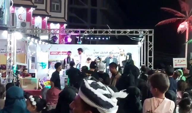 بالفيديو .. شاهد لحظة رمي قنبلة صوتية وسط حفل جماهيري في احد شوارع عدن