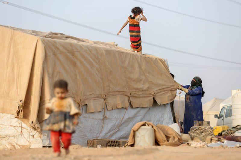 الخارجية اليمنية: ميليشيات الحوثي تتاجر بمعاناة اليمنيين وتنهب المساعدات وتستفيد من السوق السوداء
