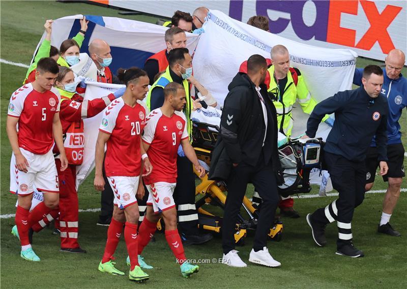 اللاعب الدنماركي كريستيان إريكسن يطمئن زملائه في فريق إنتر ميلان