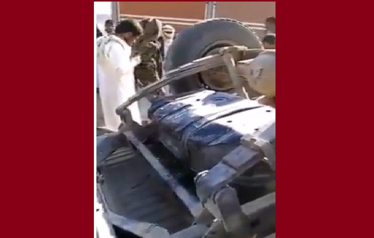 شاهد بالفيديو.. انقلاب طقم حوثي يفضح تهريبها لشحنة مخدرات مخبئة اسفل الطقم