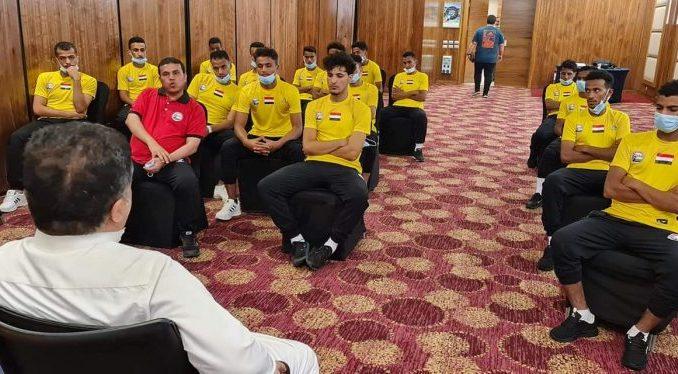 """رئيس الاتحاد اليمني لكرة القدم """"العيسي"""" يزور بعثة منتخب الشباب في القاهرة ويمنحهم مكافأة مالية"""