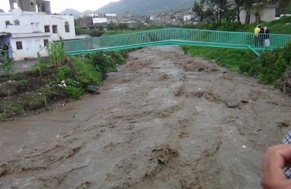 سيول الأمطار تجرف أم وطفلها في مدينة إب