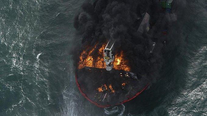 جهود حثيثة لإخماد حريق نشب في سفينة راسية قبالة العاصمة السريلانكية