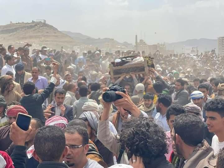 شاهد بالفيديو والصور .. حشود ضخمة في تشييع جنازة القاضي محمد العمراني بصنعاء