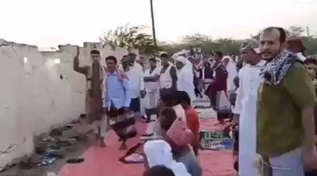 شاهد بالفيديو.. مصلون ينتفضون في وجه إمام حوثي بالحديدة خالف السنة في صلاة العيد