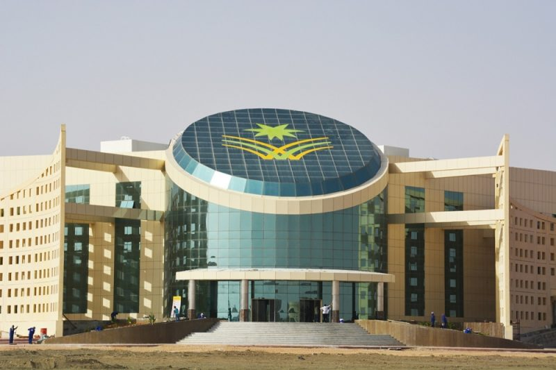 الحكومة تقف عاجزة أمام محرقة الأكاديميين والموظفين اليمنيين جنوب السعودية