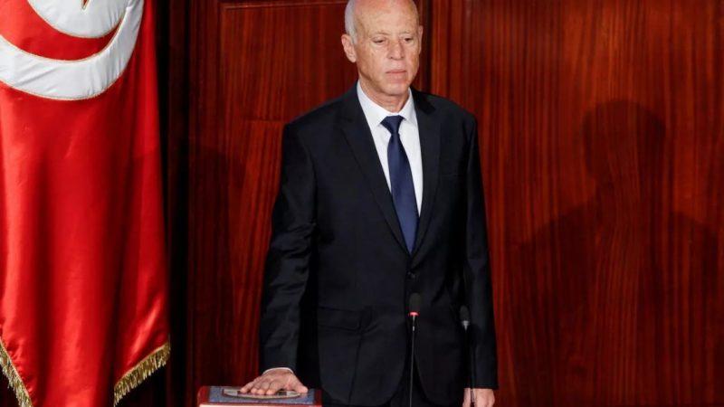أستاذ القانون يخرق القانون.. الرئيس التونسي يحتكر السلطة
