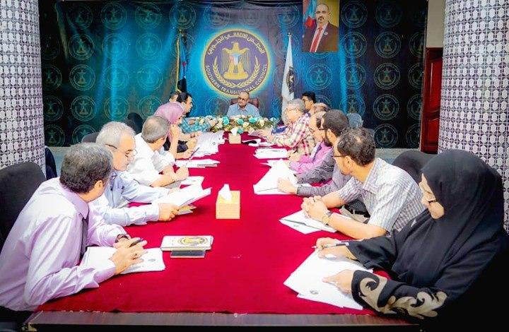 في بيان متناقض أثار السخرية.. الانتقالي يدعو الحكومة للعودة إلى عدن ويرفض انعقاد البرلمان في سيئون