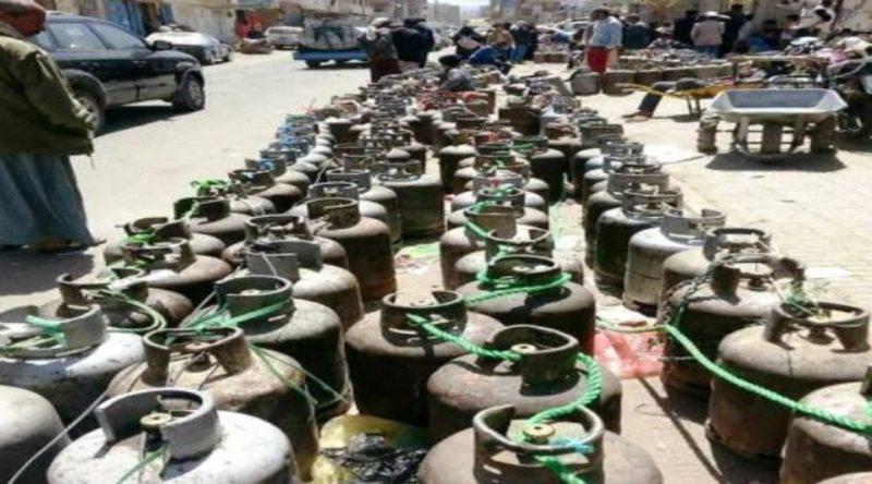 أزمة غاز خانقة في تعز وطوابير طويلة للمواطنين أمام محلات الغاز