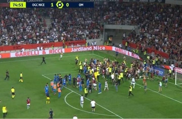 في الدوري الفرنسي.. جماهير نيس تقتحم الملعب وتعتدي على لاعبي مارسيليا