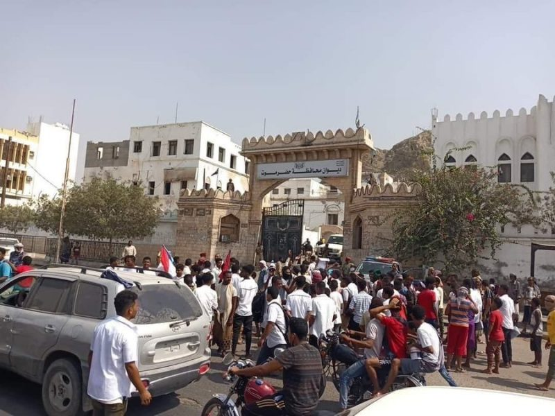 """ورد الآن.. عناصر تابعة لمعسكر بارشيد تحاول اقتحام مبنى المحافظة في المكلا مقابل """"450"""" الف سعودي وقوات الأمن تتصدى لهم"""