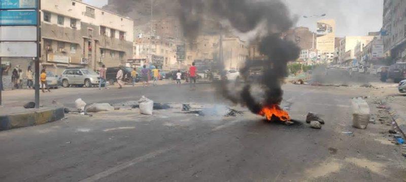 عقب الاحتجاجات.. قيادي في الانتقالي يوجه أكبر إساءة لأبناء عدن وهذا ما قاله!