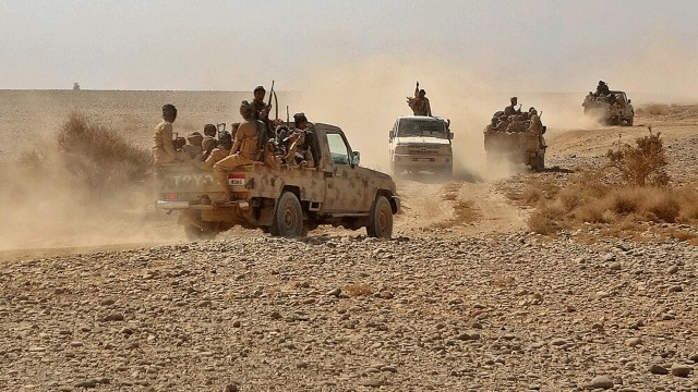 بينهم قيادات برتب عالية.. مصرع 30 حوثياً في معارك البيضاء والجيش الوطني يدفع بتعزيزات كبيرة