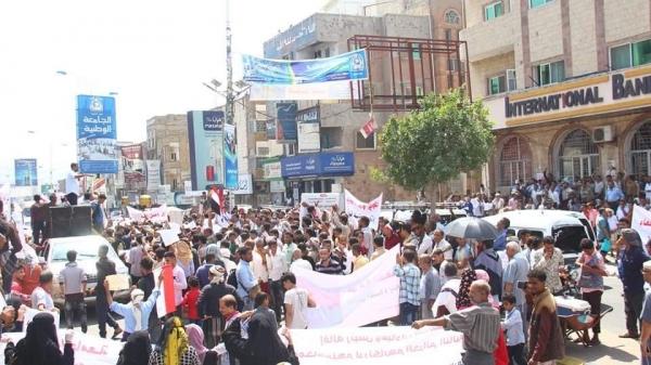 مظاهرة حاشدة بتعز وإضراب جزئي للتجار تنديداً بتدهور الوضع