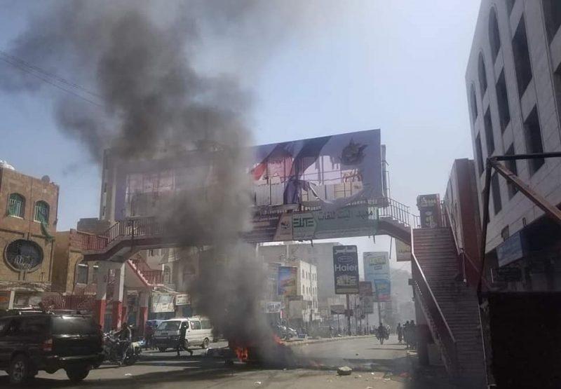 تعز  احتجاجات شعبية غاضبة تقطع شوارع المدينة وتغلق المحلات التجارية