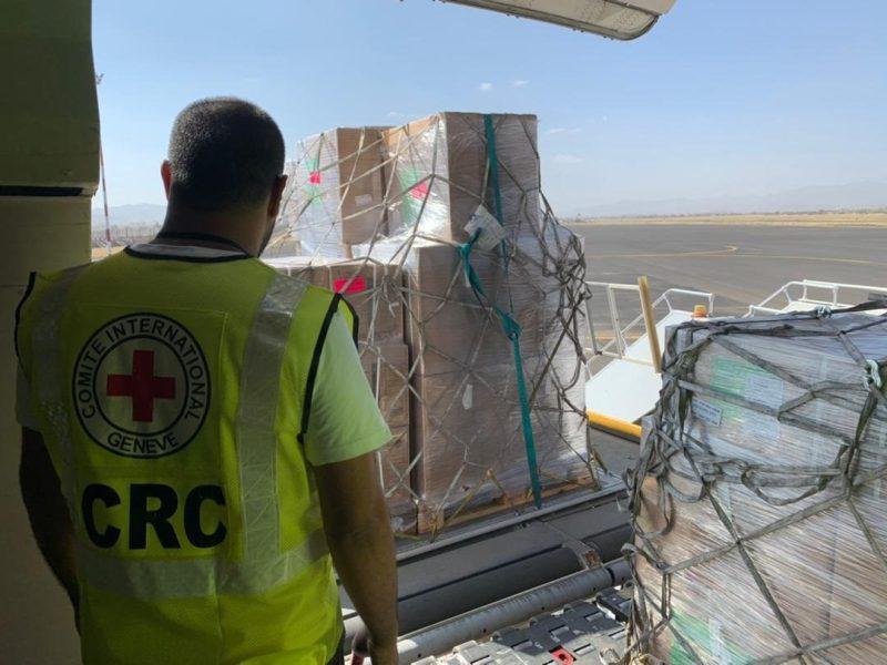 """صحفيون وناشطون يهاجمون الصليب الاحمر الدولي: """"انسانيون في صنعاء فقط"""""""